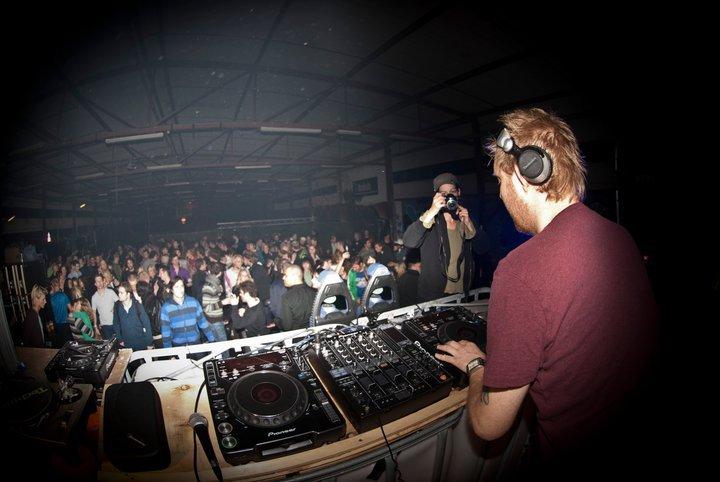 Leraar ZIX aan het werk als DJ met cd's