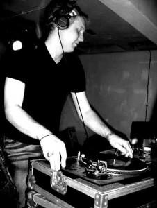 Leraar ZIX aan het werk als DJ met vinyl